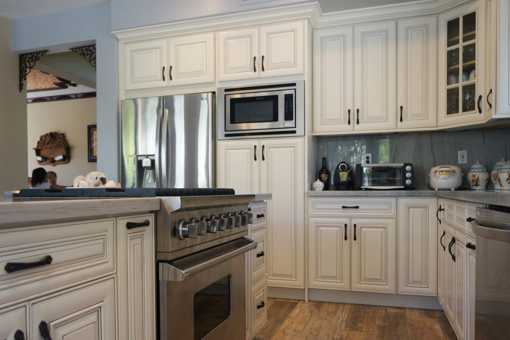 Antique white rta cabinets for Antique white kitchen cabinets