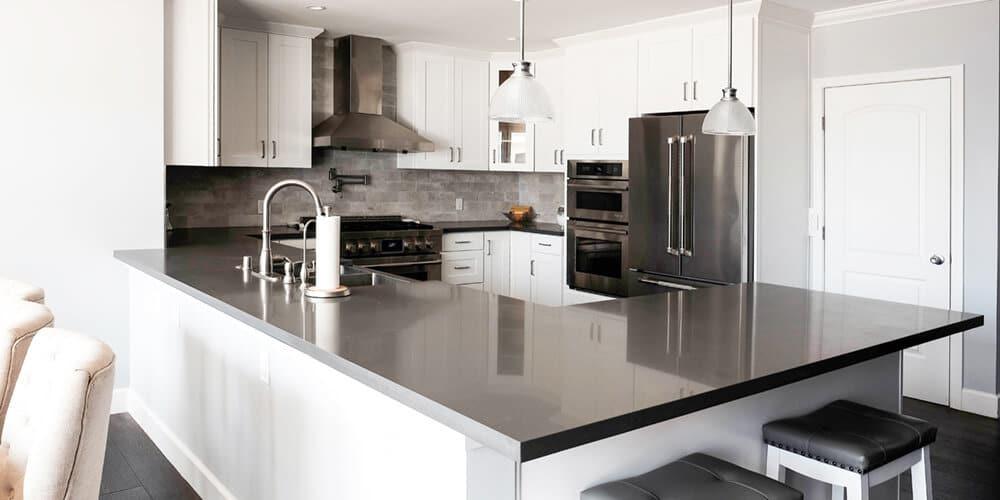 White-Shaker-Kitchen-with-Peninsula