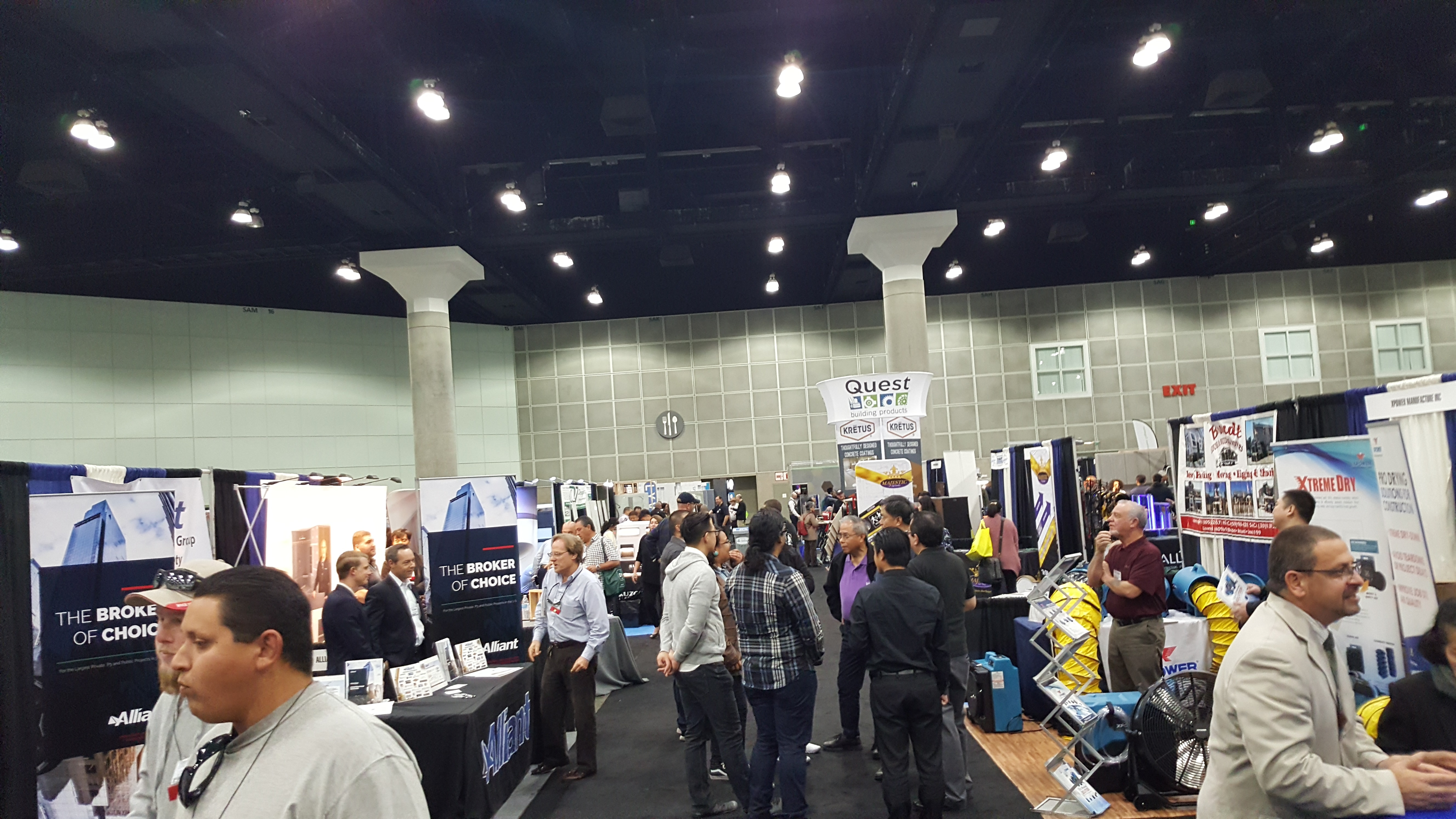 build-expo-exhibitor-hall-crowd